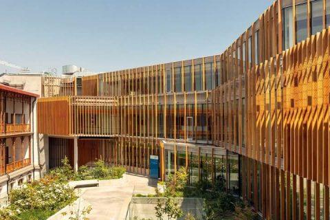 fachada com brises de madeira
