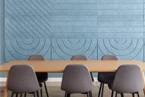 sala de reunião com sistema acústico nas paredes